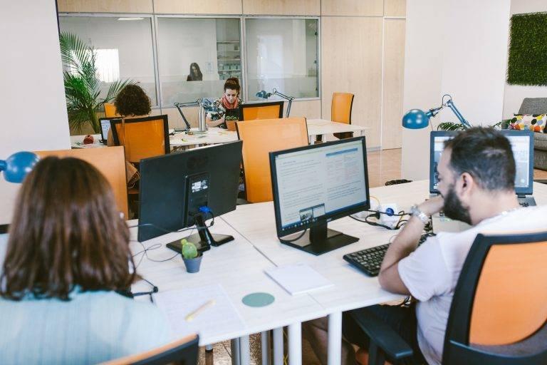 Coworking con sala cobaby al fondo